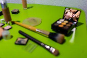 Boda en Puerto de Béjar de Susana y Benjamín, realizada por el fotógrafo de bodas en Guijuelo Johnny García. Un momento del maquillaje de la novia.