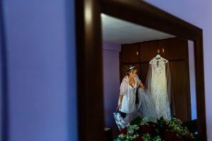 Boda en Puerto de Béjar de Susana y Benjamín, realizada por el fotógrafo de bodas en Guijuelo Johnny García. El vestido de la novia.