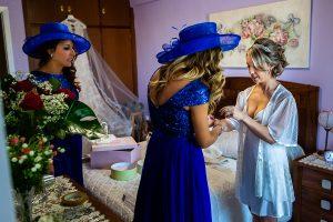 Boda en Puerto de Béjar de Susana y Benjamín, realizada por el fotógrafo de bodas en Guijuelo Johnny García. Las amigas de la novia la ayudan a vestirse.