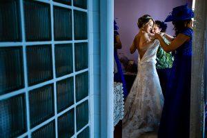 Boda en Puerto de Béjar de Susana y Benjamín, realizada por el fotógrafo de bodas en Guijuelo Johnny García. La novia vistiéndose.