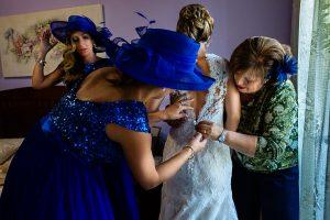 Boda en Puerto de Béjar de Susana y Benjamín, realizada por el fotógrafo de bodas en Guijuelo Johnny García. La madre de la novia la ayuda a vestirse.