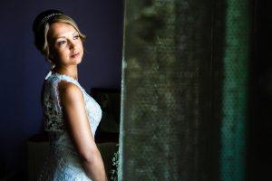 Boda en Puerto de Béjar de Susana y Benjamín, realizada por el fotógrafo de bodas en Guijuelo Johnny García. La novia justo al vestirse.