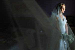 Boda en Puerto de Béjar de Susana y Benjamín, realizada por el fotógrafo de bodas en Guijuelo Johnny García. La novia con el velo puesto.