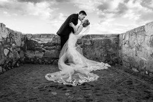 Boda en Puerto de Béjar de Susana y Benjamín, realizada por el fotógrafo de bodas en Guijuelo Johnny García. Una foto de beso de los novios.
