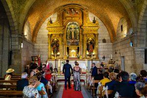Boda en Puerto de Béjar de Susana y Benjamín, realizada por el fotógrafo de bodas en Guijuelo Johnny García. Entrada del novio a la iglesia.