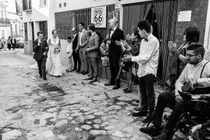 Boda en Puerto de Béjar de Susana y Benjamín, realizada por el fotógrafo de bodas en Guijuelo Johnny García. Llegada de la novia a la iglesia.