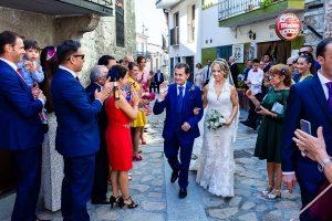 Boda en Puerto de Béjar de Susana y Benjamín, realizada por el fotógrafo de bodas en Guijuelo Johnny García. Llega la novia junto a su padre a las cercanías de la iglesia.