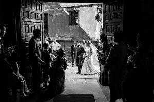 Boda en Puerto de Béjar de Susana y Benjamín, realizada por el fotógrafo de bodas en Guijuelo Johnny García. La novia entra a la iglesia.