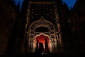Boda en Puerto de Béjar de Susana y Benjamín, realizada por el fotógrafo de bodas en Guijuelo Johnny García. Foto a contraluz en la puerta de la Catedral de Salamanca.