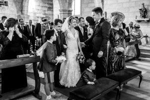 Boda en Puerto de Béjar de Susana y Benjamín, realizada por el fotógrafo de bodas en Guijuelo Johnny García. La novia llega al altar.