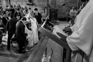 Boda en Puerto de Béjar de Susana y Benjamín, realizada por el fotógrafo de bodas en Guijuelo Johnny García. El velo de la novia se queda trabado en un banco.