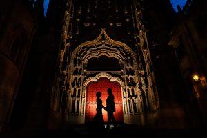 Boda en Puerto de Béjar de Susana y Benjamín, realizada por el fotógrafo de bodas en Guijuelo Johnny García. A contraluz en la puerta de la Catedral de Salamanca.