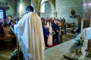 Boda en Puerto de Béjar de Susana y Benjamín, realizada por el fotógrafo de bodas en Guijuelo Johnny García. Los novios escuchan el discurso del sacerdote.