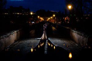 Boda en Puerto de Béjar de Susana y Benjamín, realizada por el fotógrafo de bodas en Guijuelo Johnny García. Foto nocturna de los novios por Salamanca.