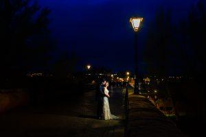 Boda en Puerto de Béjar de Susana y Benjamín, realizada por el fotógrafo de bodas en Guijuelo Johnny García. Dando un paseo por las calles de Salamanca.