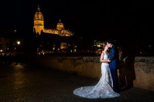 Boda en Puerto de Béjar de Susana y Benjamín, realizada por el fotógrafo de bodas en Guijuelo Johnny García. Los novios y al fondo la Catedral de Salamanca.