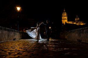 Boda en Puerto de Béjar de Susana y Benjamín, realizada por el fotógrafo de bodas en Guijuelo Johnny García. Los novios bailan por el Puente Romano de Salamanca.