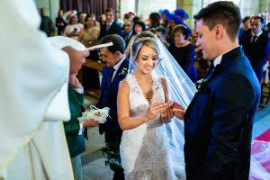 Boda en Puerto de Béjar de Susana y Benjamín, realizada por el fotógrafo de bodas en Guijuelo Johnny García. Intercambio de anillos.