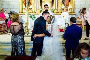 Boda en Puerto de Béjar de Susana y Benjamín, realizada por el fotógrafo de bodas en Guijuelo Johnny García. Los novios se besan en la ceremonia.