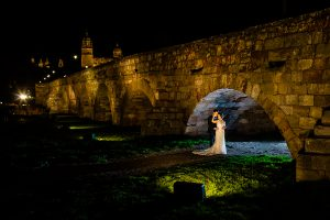 Boda en Puerto de Béjar de Susana y Benjamín, realizada por el fotógrafo de bodas en Guijuelo Johnny García. Los novios debajo del Puente Romano.