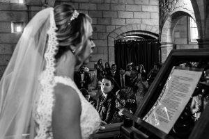 Boda en Puerto de Béjar de Susana y Benjamín, realizada por el fotógrafo de bodas en Guijuelo Johnny García. La novia lee un discurso.