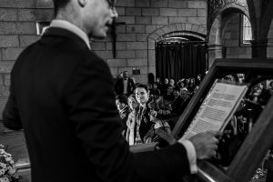 Boda en Puerto de Béjar de Susana y Benjamín, realizada por el fotógrafo de bodas en Guijuelo Johnny García. Un familiar da un discurso en la ceremonia.
