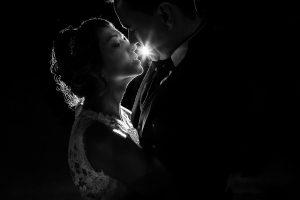 Boda en Puerto de Béjar de Susana y Benjamín, realizada por el fotógrafo de bodas en Guijuelo Johnny García. beso de los novios.