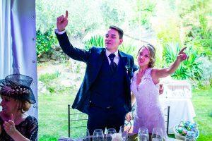 Boda en Puerto de Béjar de Susana y Benjamín, realizada por el fotógrafo de bodas en Guijuelo Johnny García. La pareja celebra desde su mesa.