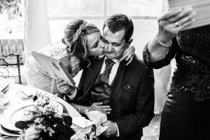 Boda en Puerto de Béjar de Susana y Benjamín, realizada por el fotógrafo de bodas en Guijuelo Johnny García. La novia besa a su padre.