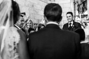 Boda en Puerto de Béjar de Susana y Benjamín, realizada por el fotógrafo de bodas en Guijuelo Johnny García. El novio ve llegar a la novia.