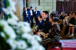 Boda en Puerto de Béjar de Susana y Benjamín, realizada por el fotógrafo de bodas en Guijuelo Johnny García. Amigos durante la ceremonia.