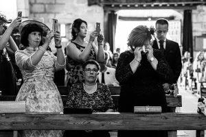 Boda en Puerto de Béjar de Susana y Benjamín, realizada por el fotógrafo de bodas en Guijuelo Johnny García. Familiares emocionados en la ceremonia.