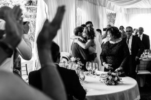 Boda en Puerto de Béjar de Susana y Benjamín, realizada por el fotógrafo de bodas en Guijuelo Johnny García. Llegada a la mesa nupcial.